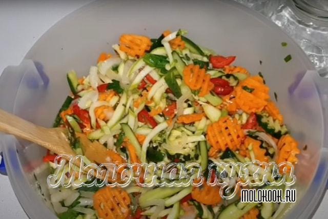 Овощи залиты и перемешаны