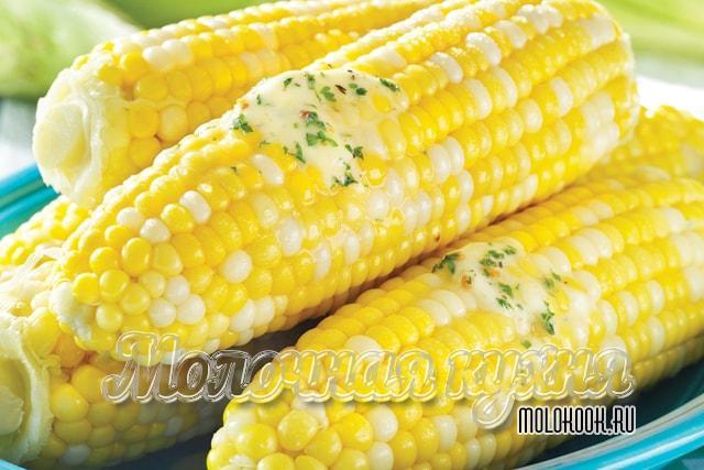 Варка кукурузы с маслом и солью