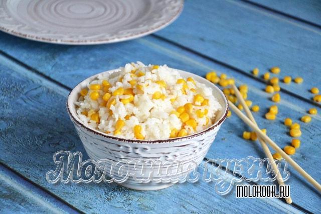 Отварной рис с кукурузными зернами