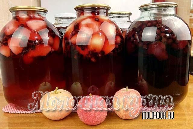 Коспот из ягод смородины и вишни с дольками яблок