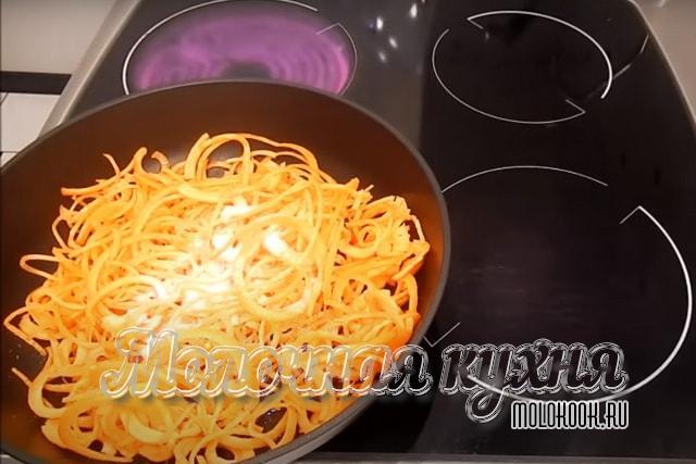 Сахар-песок и соль добавлены к морковке