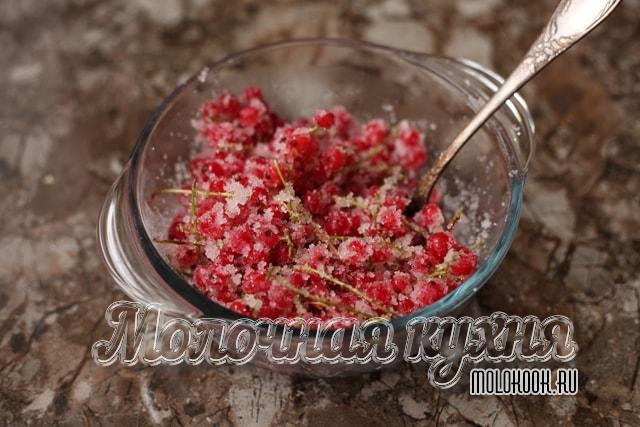 Перемешивание смородины с сахарным песком