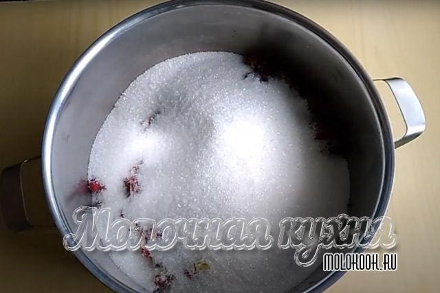 Сахарный песок высыпан в общую емкость