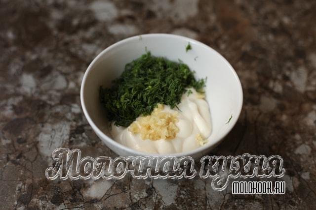 Составляющие соуса в миске