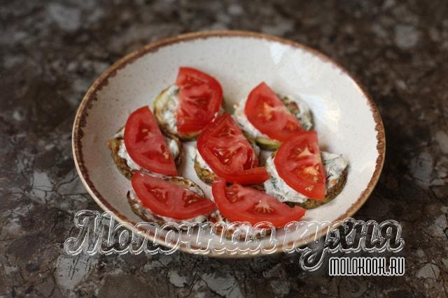 Дольки помидоров разложены