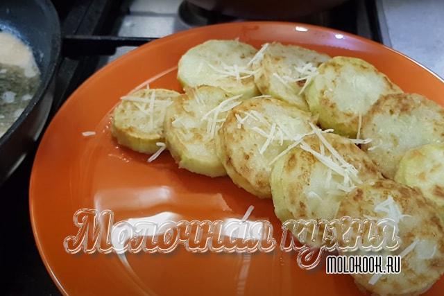 Жареные кабачки посыпаны сыром
