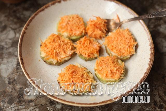 Закуска смазана сыром и тертой морковкой