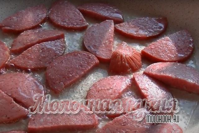Обжаривание колбасы