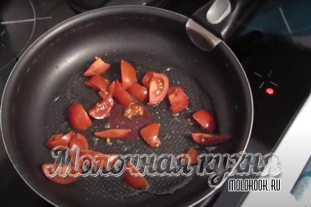 Кусочки томатов на сковороде