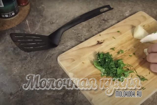 Нарезка зелени и сыра
