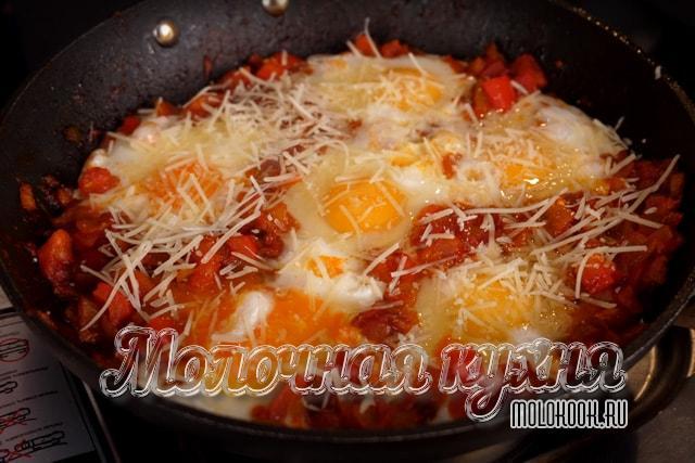 Блюдо посыпано тертым сыром