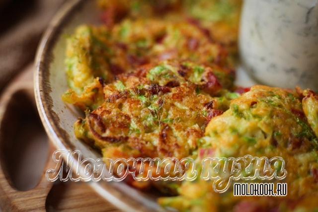 Оладьи из кабачков с кусочками помидоров, колбасы и тертым сыром