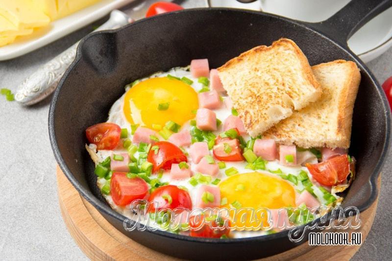 Яичница-глазунья с ломтиками колбасы и помидоров