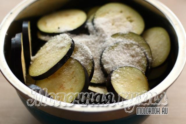 Баклажаны порезаны крудочками и посыпаны солью