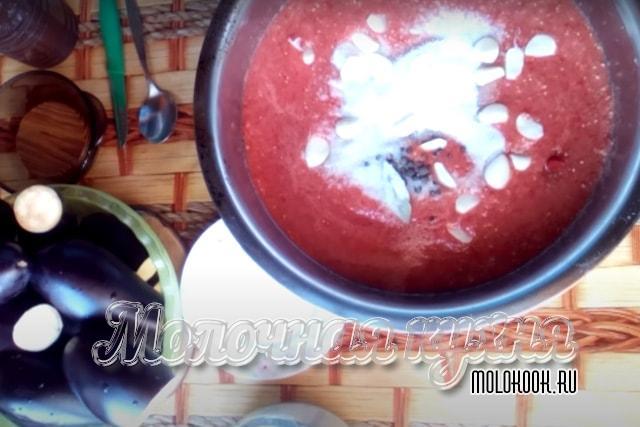 В кстрюле: томатный сок, сахарный песок, соль, растительное масло, уксус, порезанный чеснок