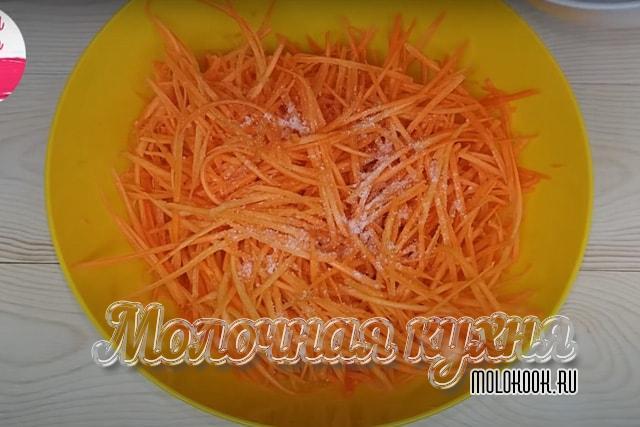 Потретая полосками морковка