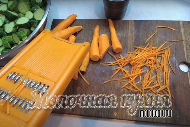 Процес натирания морковки на терке
