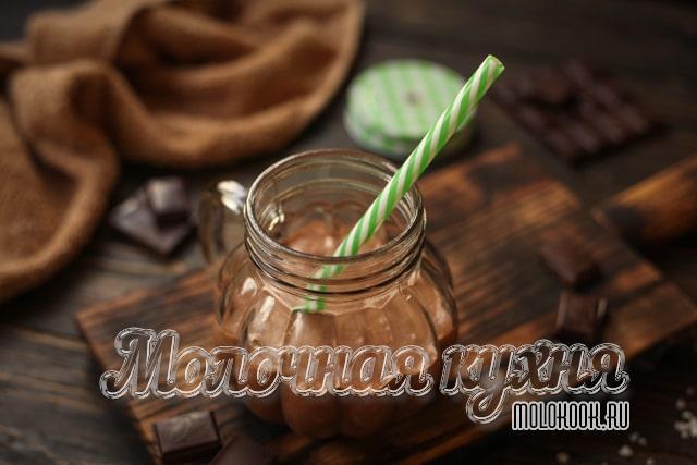 Коктейль из шоколада, молока и шоколадного мороженого