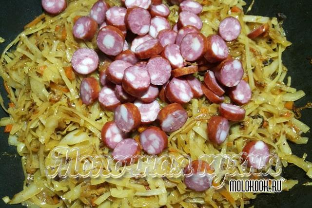 Нарезанные колбаски добавлены в блюдо