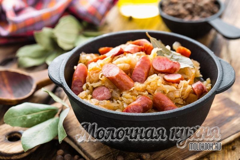 Рецепт тушеной капусты с добавлением сосисок