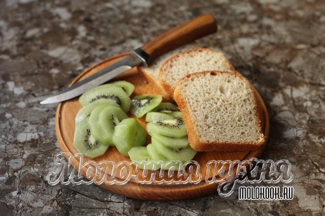 Кусочки очищенного киви и белого хлеба