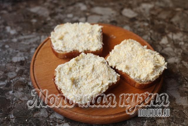 Сырно-чесночная масса намазана на хлеб