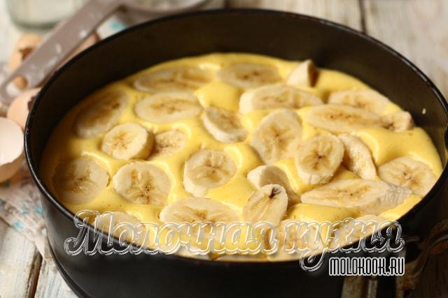 Кусочки бананов на тесте в форме