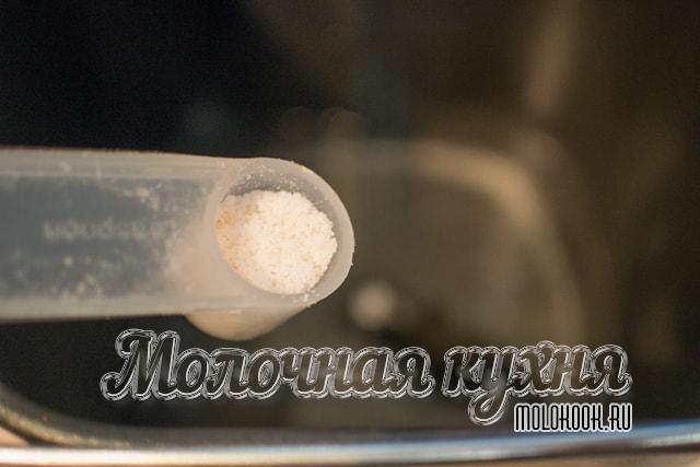 Процес добавления поваренной соли