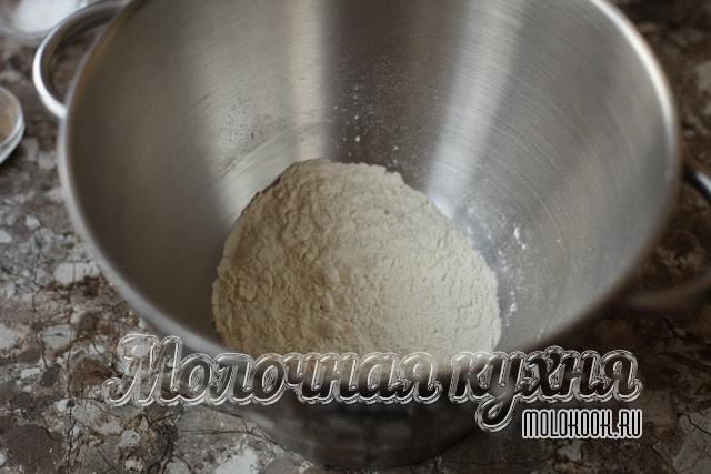 Соль добавлена к муке, все перемешано