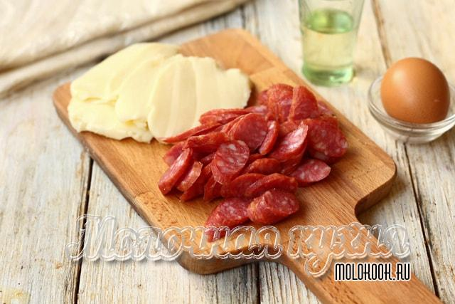 Колбаса и сыр мелко нарезаны