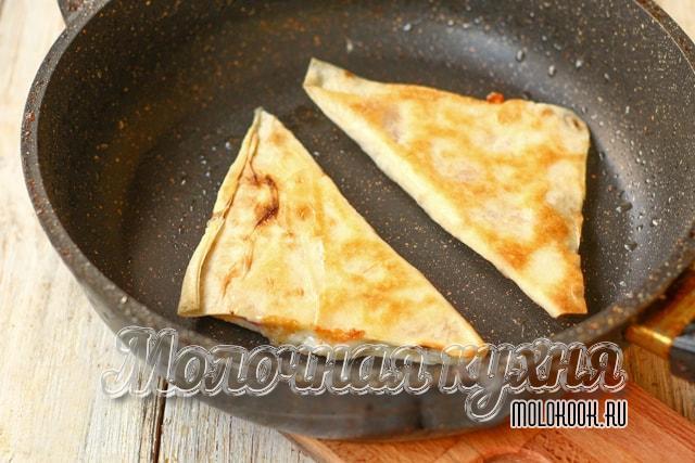 Треугольники жарятся на сковородке, в растительном масле