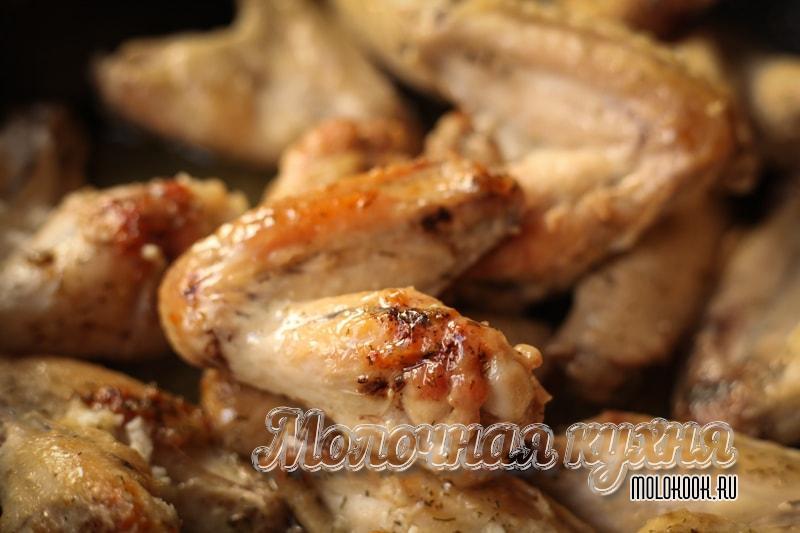 Крылышки на сковороде, жаренные с чесноком