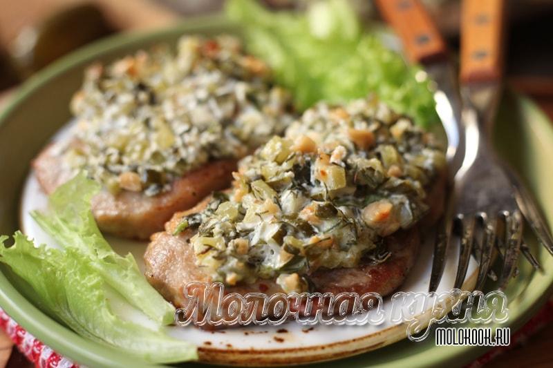 Рецепт мяса по-барски с солеными огурцами в духовке