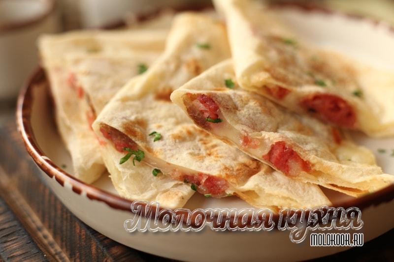 Лавашные треугольники с начинкой из колбасы и сыра на сковороде