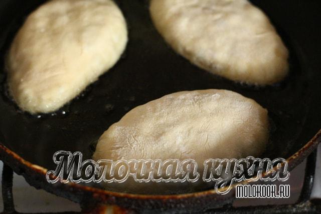 Процесс обжаривания пышных пирожков