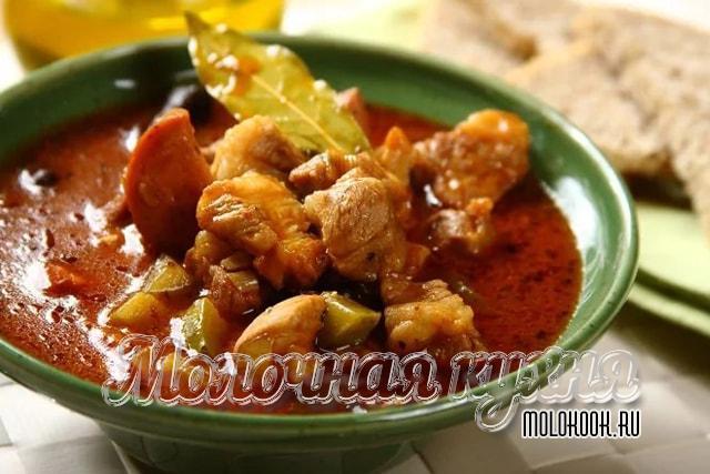 Рецепт в горшочках, с добавлением соленых огурцов
