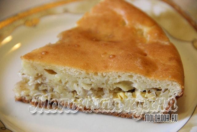 Кусочек вкусного пирога с яично-капустным наполнителем