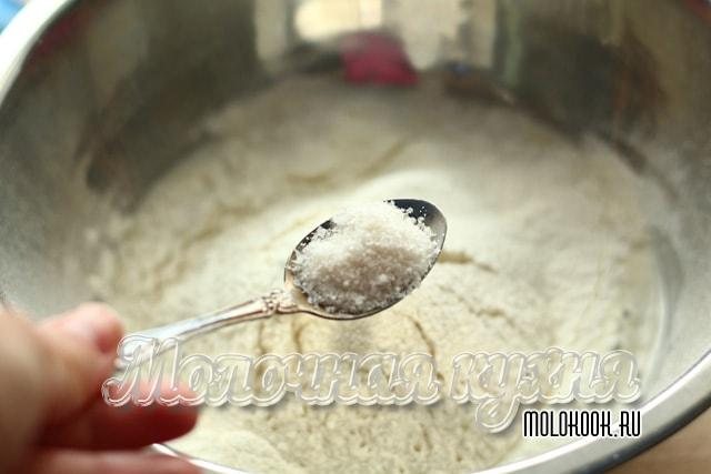 Высыпание соли к просеянной муке