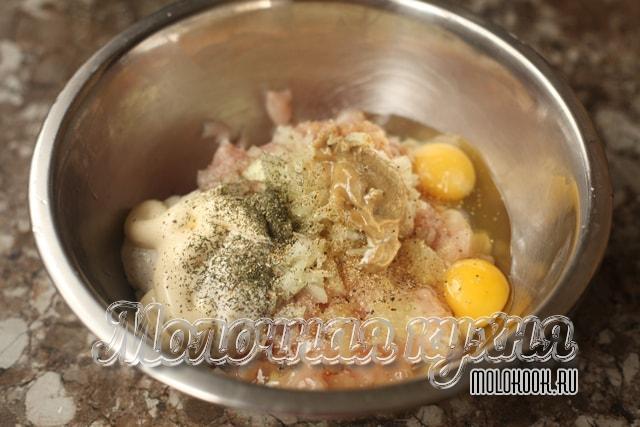 Майонез, яйца, соль и специи добавлены