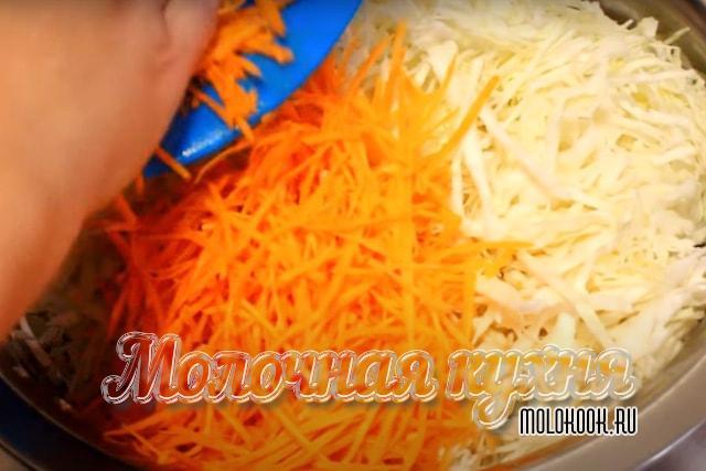 Пересыпание тетой моркови в миску