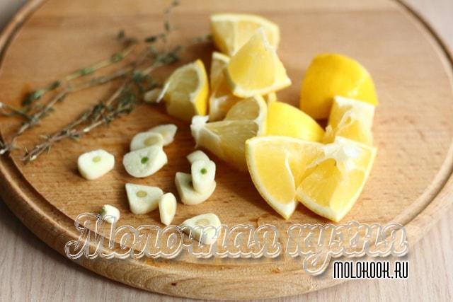 Чеснок и лимон порезаны