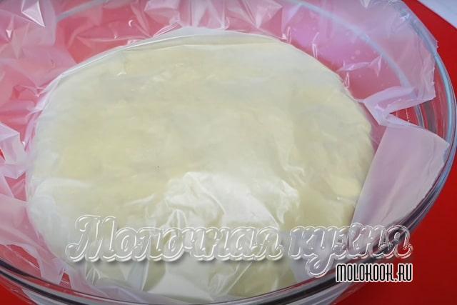 Тесто накрыто пищевой пленкой