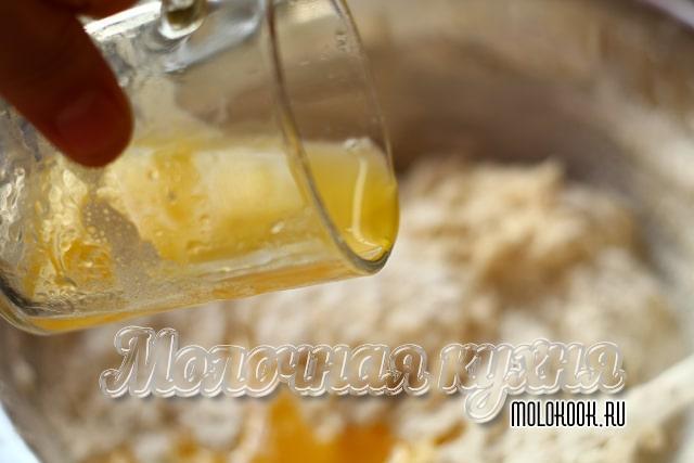 Добавление растопленного масла с горячей водой