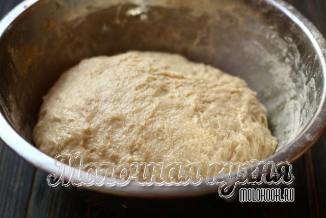 Тесто замешано и уложено в миску