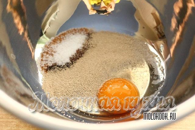 Сахар, дрожжи и куриное яйцо в одной посуде
