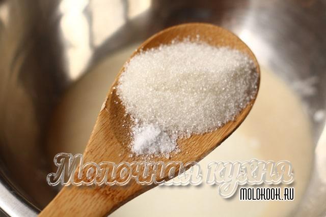 добавление соли и сахарного песка