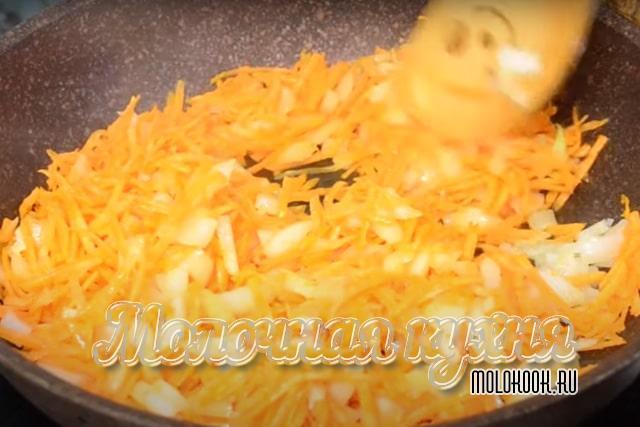 Обжаривание моркови и репчатого лука