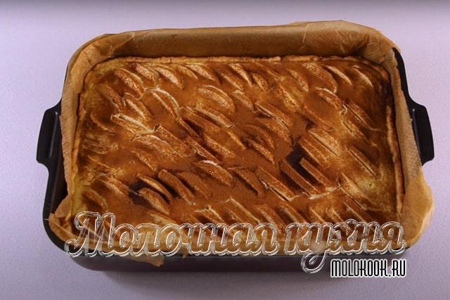 Пирог посыпан молотой корицей и готов к выпеканию