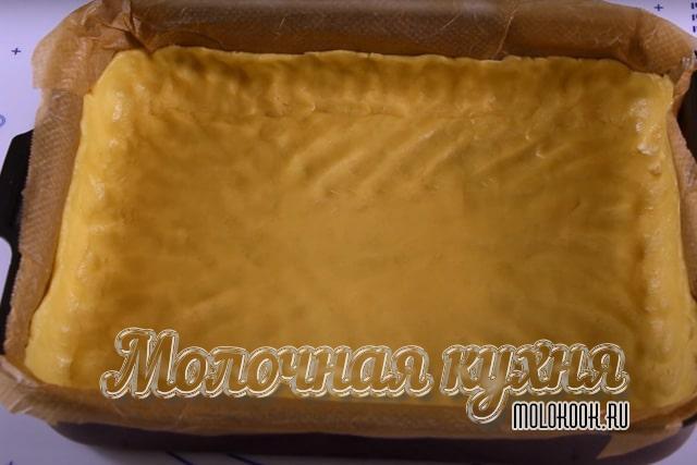 Песочное тесто распределено по форме для выпечки