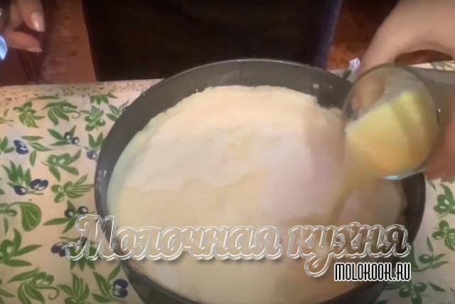 Вылить молочно-масляную смесь